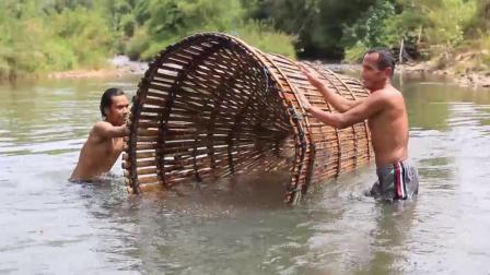 太牛了, 谁见过如此庞大的鱼笼来捕鱼的吗? 这简直就是捕鱼神器