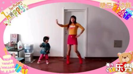 女儿两岁时跳的舞, 这小美女抢妈妈镜了