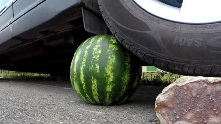 将整个西瓜放在车胎下, 发动汽车, 你猜西瓜会怎样? 一起见识下