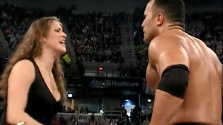 WWE: 老板女儿干扰比赛, 巨石强森忍无可忍大打出手!