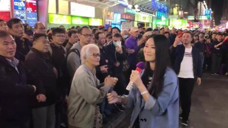 街头流浪歌手演唱粤语经典老歌, 围观人山人海, 好似演唱会现场