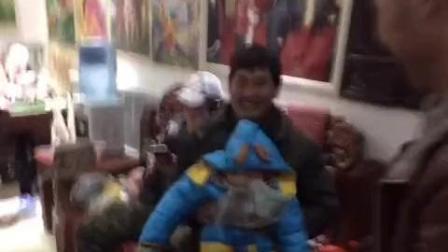 大衣哥朱之文抱的小孩跟大衣哥这么像, 莫非是大衣哥的……