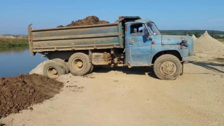 后八轮货车差点掉河里去了, 挖掘机前来救援