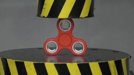 当指尖陀螺遇到液压机会发生什么? 它能挡住液压机的碾压吗?