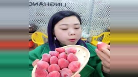 美食达人做冰冻草莓, 嘎嘎硬, 好吃就是太凉了