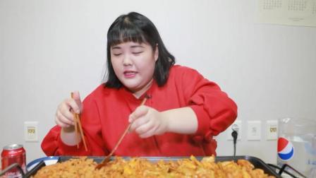 韩国大胃王胖妞, 吃铁板烤肉, 炒饭, 边烤边吃, 这吃相实在太陶醉了