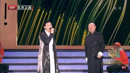 2018北京元宵晚会:腾格尔又跟霍尊搭档唱歌了,耳朵不行了