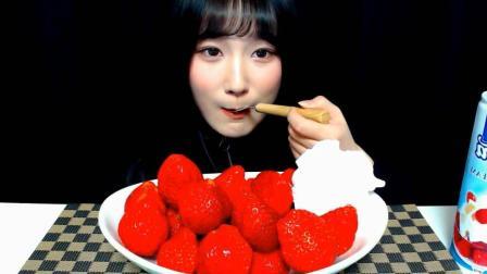 韩国萌妹子吃货, 吃一盘草莓, 配上生奶油, 一口一个, 吃的太爽了