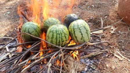 印度人野外做饭, 把鸡肉剥了皮塞进西瓜里煮, 这种煮法也够奇葩了