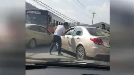 被倒车撞上后, 嚣张男子暴打前车司机