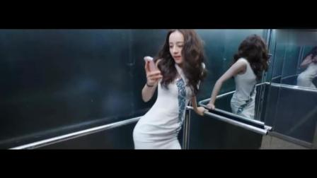 美女电梯玩自拍展现性感一面