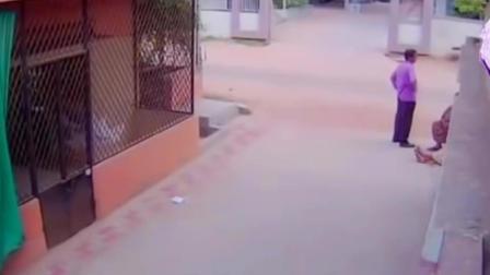 实拍印度男子街头和人聊天时, 监控拍下他最后的人生, 太突然了!