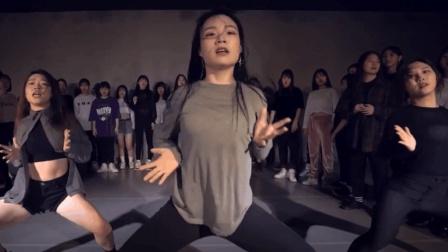 清纯妹子跳起舞来是什么样子? 只能说十分惹人爱!