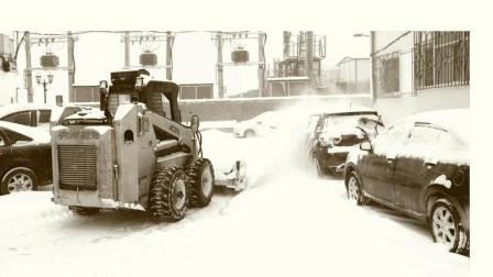 滚刷清雪机械进入了中润物业小区