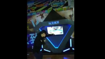男子玩VR一拳砸掉几千元