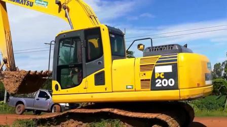 板车运输挖掘机, 看看小松PC200挖机如何下车的