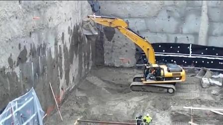 工地施工的现场, 两台挖掘机接力工作, 配合的真是天衣无缝