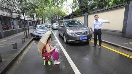 女司机辛苦等待车位, 被人肉占车位, 气的女司机一脚油门就撞过去