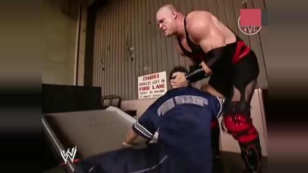 WWE总裁儿子九死一生逃亡! 红魔凯恩引燃汽油自己却掉进去!