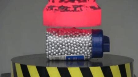 科学小实验1000度液压机碾压小钢珠