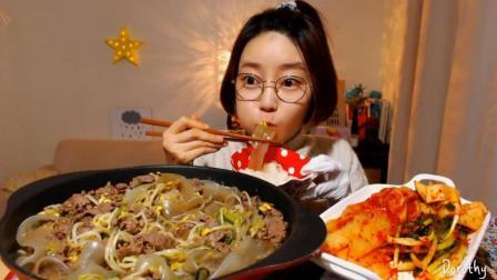 韩国萌妹子吃货, 吃一碗牛肉炖粉条, 配上泡菜, 大口大口吃的真香