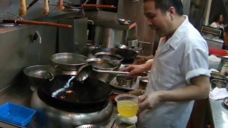 实拍香港太极炒饭, 后厨师傅的手法好娴熟, 翻几下就可以出锅了