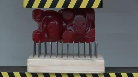 用液压机压巨型小熊糖和钉板, 会发生什么事?