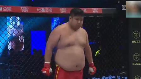 两人台下结仇 上场后300斤中国小胖暴打KO日本拳手 差点打死