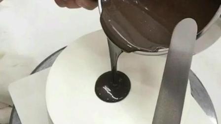 蛋糕淋面: 把巧克力泼上的一瞬间, 成品让人嘴馋了