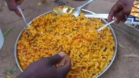 非洲人吃饭非常公平, 一人吃一勺轮着来, 谁也不多谁也不少!