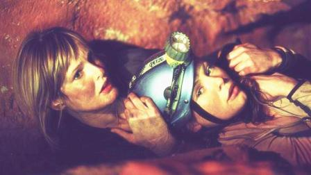 :几分钟看完人性恐怖片《黑暗侵袭》美女探险遇袭危在旦夕