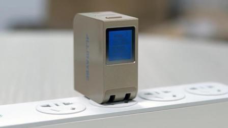 【这款充电器自带屏幕显示, 可实时查看充电状态, 还支持多种快充】
