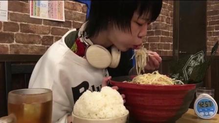 日本大胃王耳机小哥计时挑战超大碗拉面, 这么能吃是因为太饿了吗