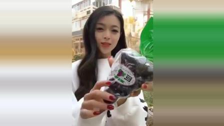 你听说过这种葡萄吗? 自拍的美女撕不开包装突然好尴尬!
