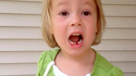 美国5岁萌娃, 自己动手用玩具弓箭拔牙, 勇气可嘉!