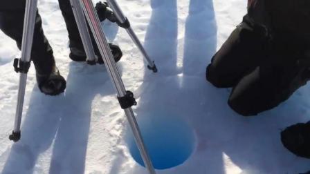 南极科学家把一块冰扔进90米深洞, 结果这声音让他们笑到不行