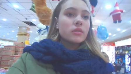 俄罗斯美少女来中国旅游, 经常到中国购物商场!