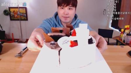 韩国大胃王胖哥吃蛋糕, 一半草莓口味和一半巧克力蛋糕