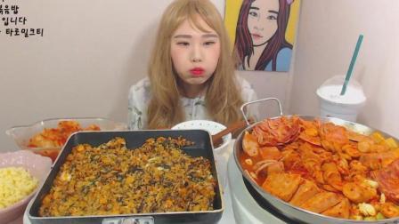 韩国大胃王卡妹吃一大锅火腿肠豆腐汤、鸡排骨炒饭、拉面、泡菜
