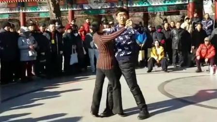 实拍 男女公园演跳慢四舞曲《红高粱》数人围观 赞