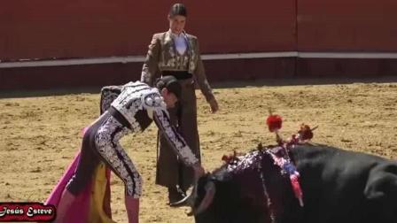 骑马斗牛女斗牛士花标下手太残忍, 场面血腥