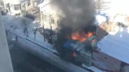 锦州太和小学门市发生火灾, 现场黑烟上窜, 学生还在操场上集合