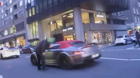 车主下车追赶, 他的法拉利跑车玻璃被路人用石头砸了洞, 看谁跑得快