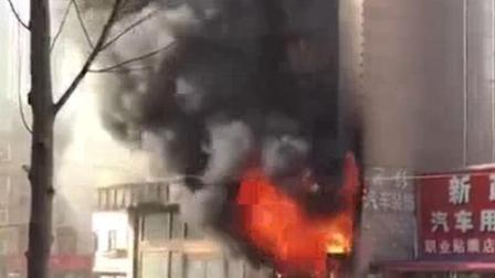 大连华丽会突发火灾 现场火势凶猛蔓延至楼顶