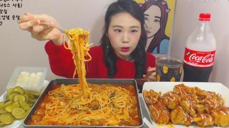 韩国大胃王卡妹, 吃一大锅肉丸意大利面和炸鸡、酸黄瓜