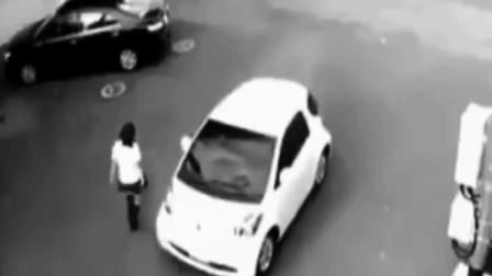 超能力? 神秘女子徒手将汽车抬起, 监控拍下未解一幕