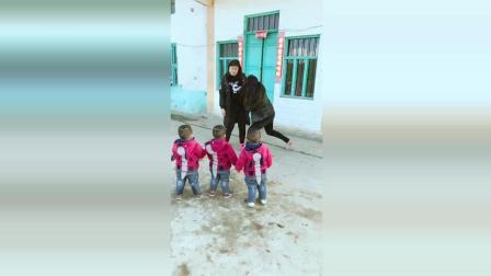 三胞胎看见妈妈被人打了, 接下来宝宝们的反应太可爱了!