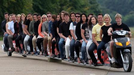 世界上最长的摩托车, 能坐25个人, 网友: 怎么拐弯?