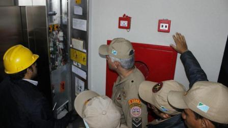 警察被困电梯: 喂! 119吗, 快来救我们!