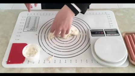 如何做装糖的盒子教程(烘焙_烘焙视频Kitty猫草莓蒸蛋糕__做巧克力慕斯蛋糕